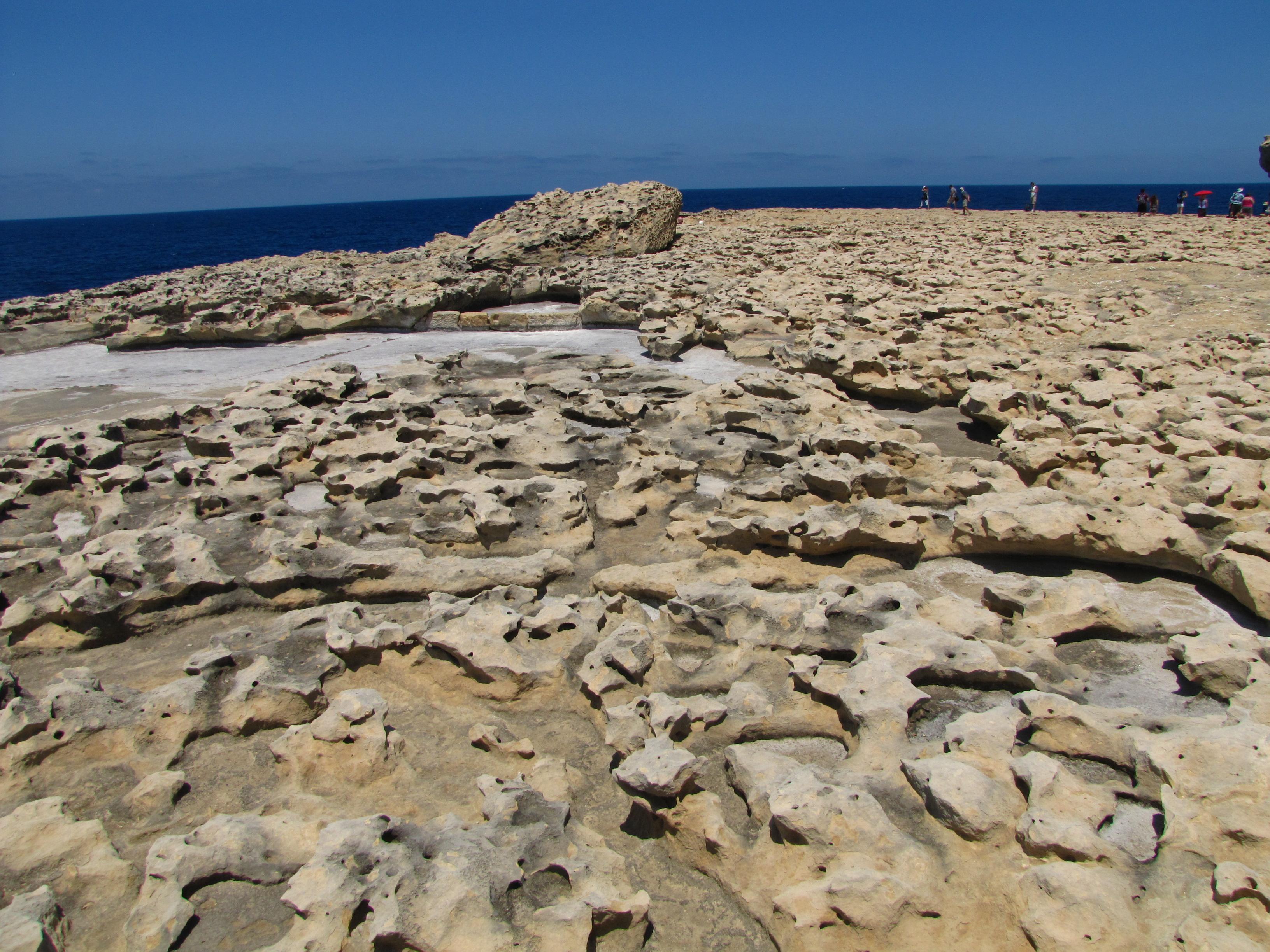 Страните, остри скали. Бялото е морска сол
