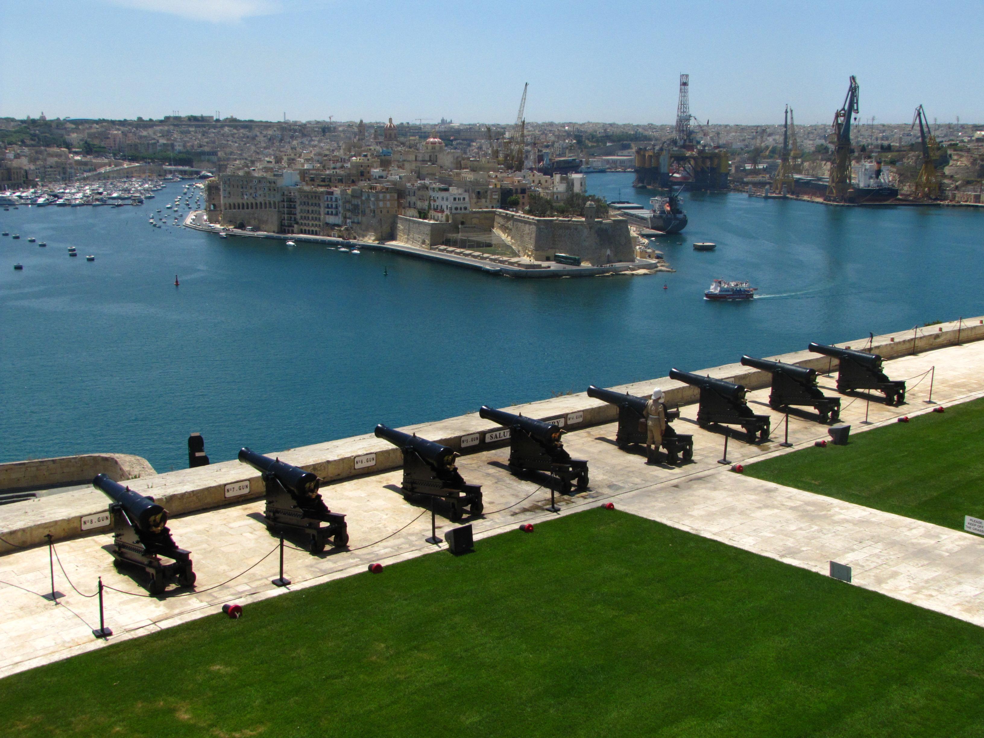Поглед към оръдията, пристанището и съседните градове
