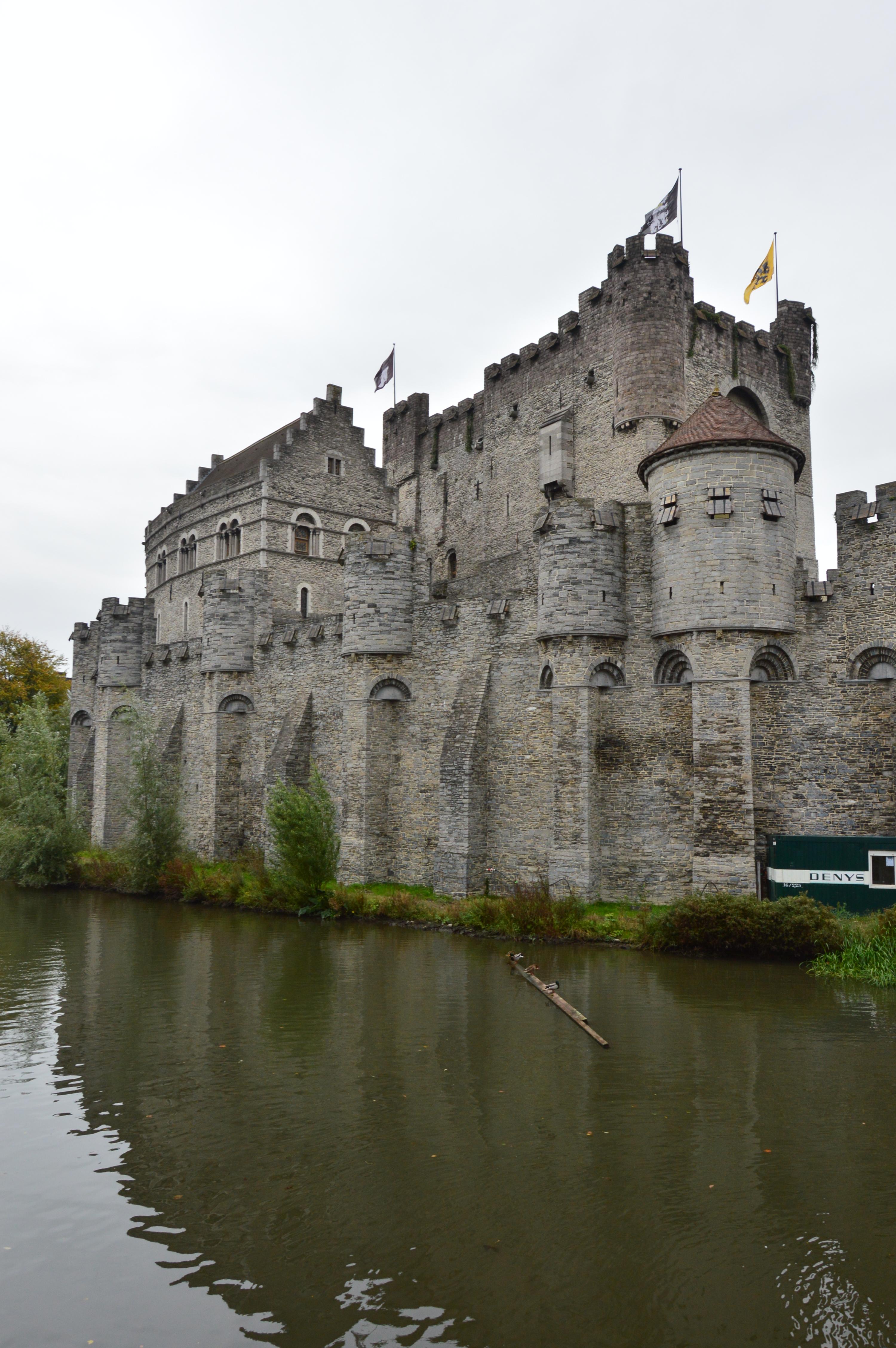 Рова около замъка