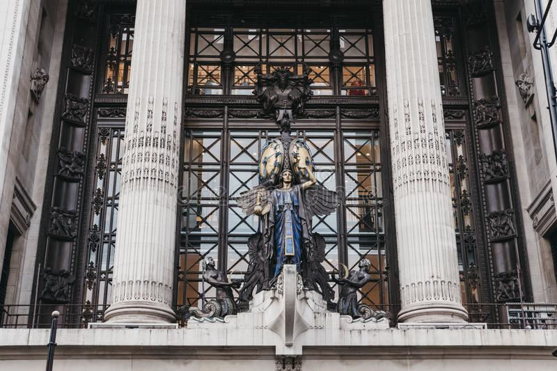 queen-time-clock-above-main-entrance-to-selfridges-department-store-clock-was-installed-to-mark-store-s-st-101116378